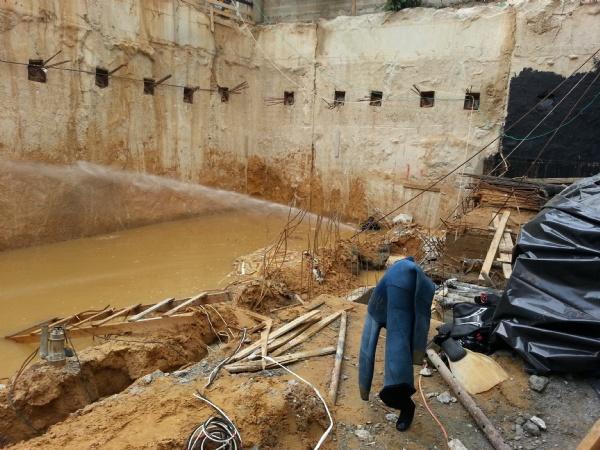 לפני ביצוע יציקת הבטון התת ימי אנו שוטפים היטב את הקירות בכדי להסיר אדמה הדבוקה לכלונסאות או לקירות הסלריים